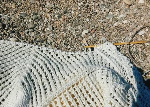 Sticka en poncho på och för stranden