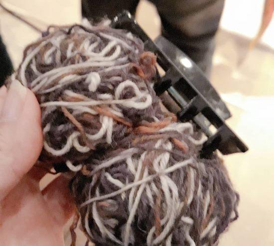 En hårklämma av krokodilmodell underlättar när du vill dela på dubbelt garn utan att det knorvar sig.
