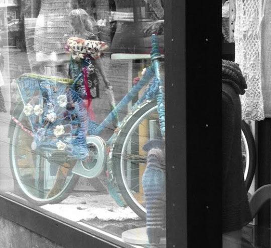 Sticka och virka till cykeln! Du behöver inte klä in hela, utan kan nöja dig med sadelskydd, koftor till lås och schysta cykelaccessoarer.