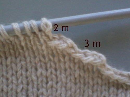 Stickning: maska av 3, 2 maskor vid halsöppningen