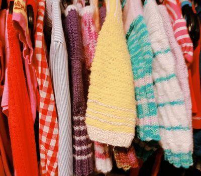 Klädställning med begagnade barntröjor - i akrylgarn.