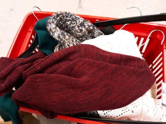 Begagnade tröjor och koftor blir snart garn igen, om du återvinner dem. Repa upp garnet och tvätta!