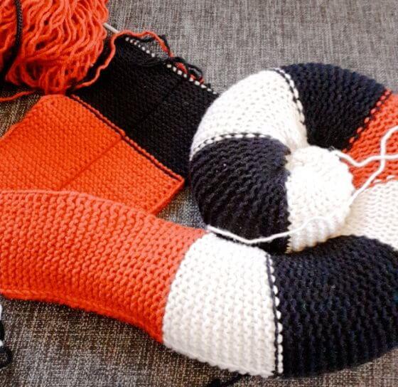 Hur lyckas du få till spiralformen på den stickade restgarns-sittdynan?