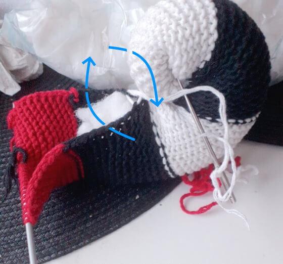 Fortsätt att sy ihop och snurra till sittdynan eller sittormen genom att göra stygn i först de yttre maskbågarna på remsan, sedan i mittmaskan på ormens yttersida.