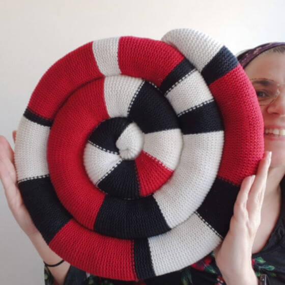 Sticka en sittdyna (sittorm, ormdyna), sittunderlag eller stolsdyna i spiral av dina restgarn. Gratis, enkelt mönster.