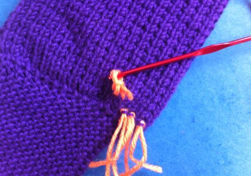 Fortsätt att knyta ryaknutar med de korta garnstumparna.