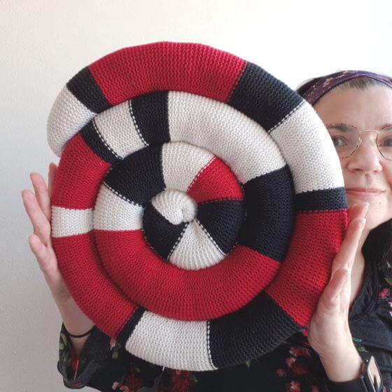 Sittorm! Ormdyna! Sticka en rund sittdyna i spiralform av dina restgarn.