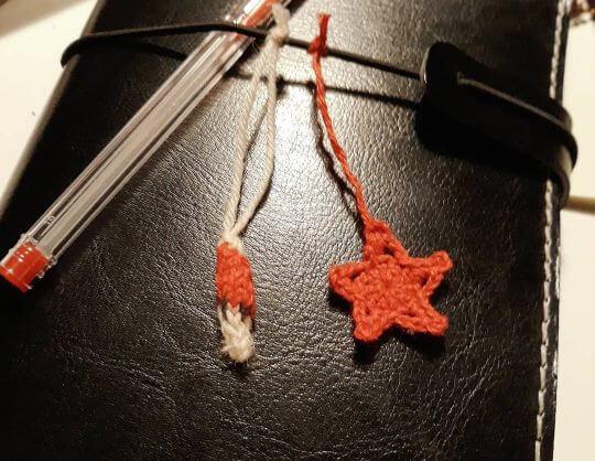 Sticka och virka julpynt: en liten stickad tomte och en virkad stjärna.