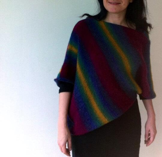 Sticka en poncho eller asymmetrisk tröja efter gratis beskrivning.