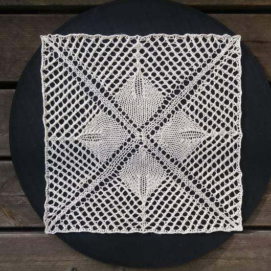 Sticka ruta som fyrkantig duk, som disktrasa eller till filt.