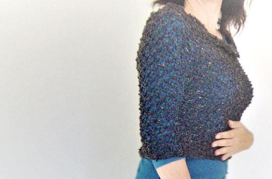 Är det en sjal eller en poncho? Sticka en magisk halsduk eller huva efter en gratis beskrivning.