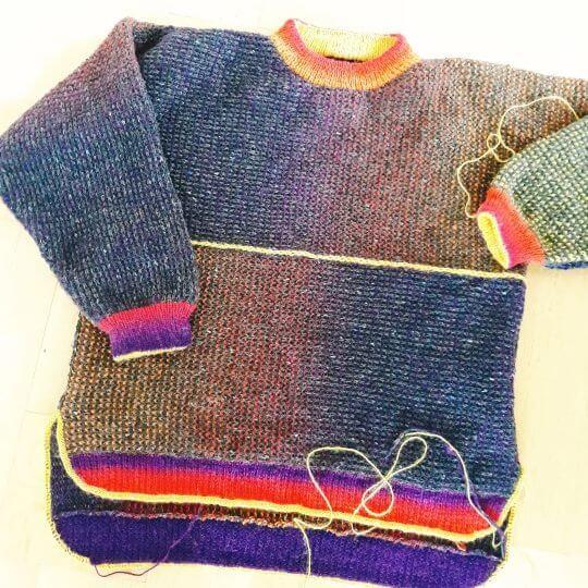 Hur ser en stickad tröja ut när du inte har följt mönster, utan ändrat på några detaljer? Eller flera?