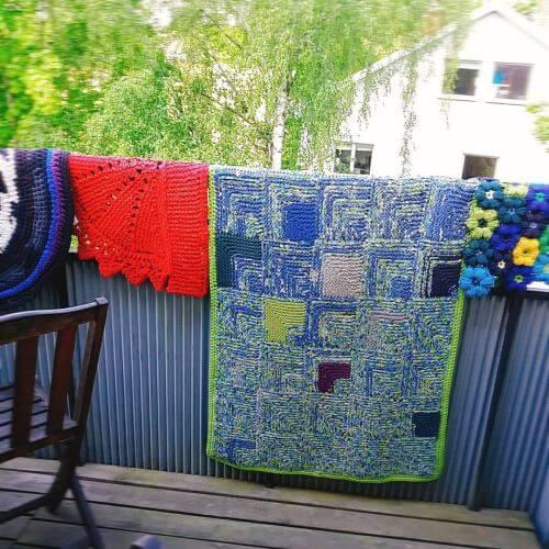 Stickade och virkade mattor av gamla t-tröjor och lakan. (Efter gratis beskrivningar)
