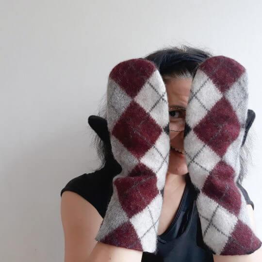 Har du en gammal stickad tröja på lager? Om du inte vill eller kan återvinna garnet kan du sy ett par tumvantar av den!