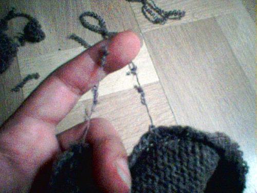 Trådslamsor från sprättad, stickad tröja.