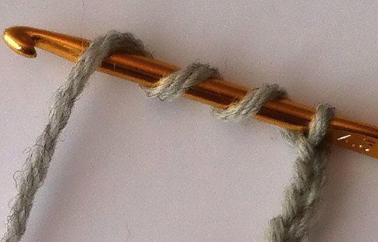 För att virka en tredubbel stolpe börjar du med tre omslag runt virknålen.
