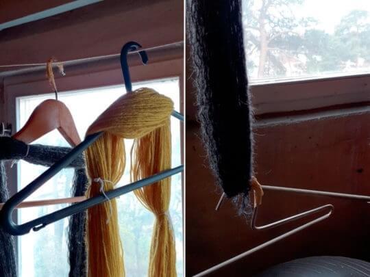 Det är smart att låta garnhärvorna torka på galgar. Och du kan till och med låta en annan galge fungera som en liten tyngd.