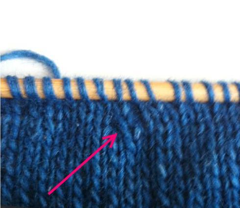 Att sticka 2 am vridet tillsammans ger en vänsterlutande minskning på rätsidan