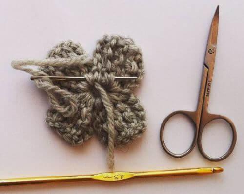 Hur ska du fästa garnändarna på dina virkade blommor? Här är ett snabbt sätt att väva in trådarna direkt!