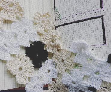 Vill du virka en poncho av en eller två fyrkanter? Du kan virka små motiv som blommor också!
