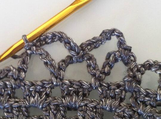 Fortsätt att virka nätkassens nätvarv, med luftmaskbågar om 7 lm (plus en med 4 lm + 1 st).