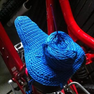 Du kan sticka eller virka ett sadelöverdrag till cykeln.