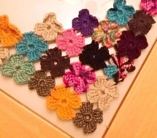 Virka en trekantssjal, trekantig sjal, av blommor (och restgarn)