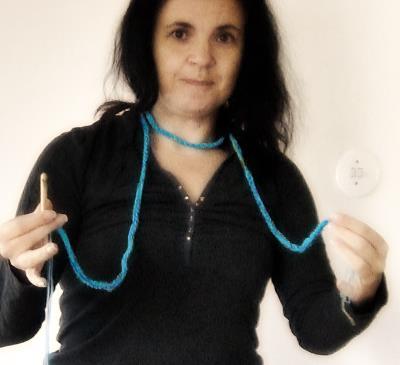 Prova halsduken runt halsen. Har du stickat och virkat den tillräckligt lång?