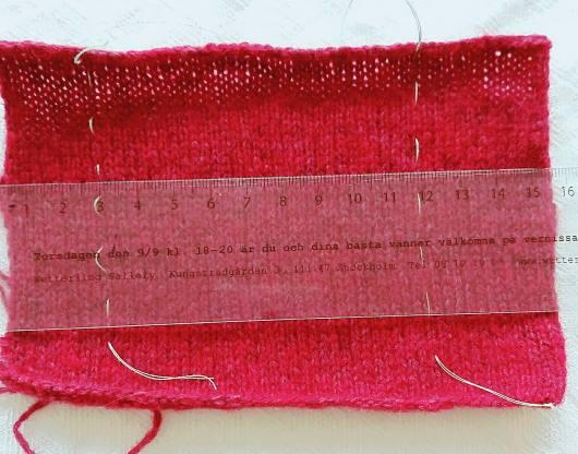 För att beräkna garnåtgången till exempelvis en tröja eller en kjol, mät först provlappen. Hela provlappen.