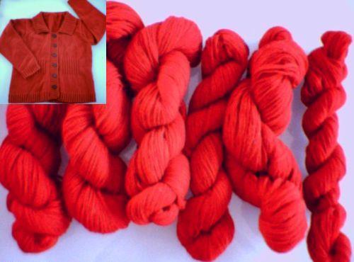 Knallrött garn i ull/nylon, som använts för att sticka en cardigan.