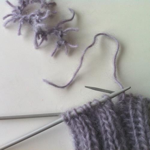 Repa upp ett par maskor av stickningen för att ha garn att skarva med.