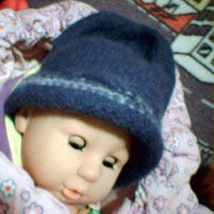 Stickad mössa till New Born Baby-docka, i återvunnet garn