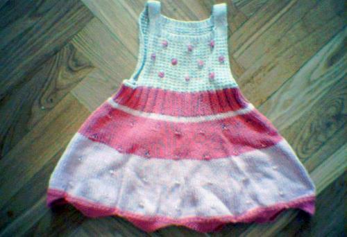 Stickad barnklänning