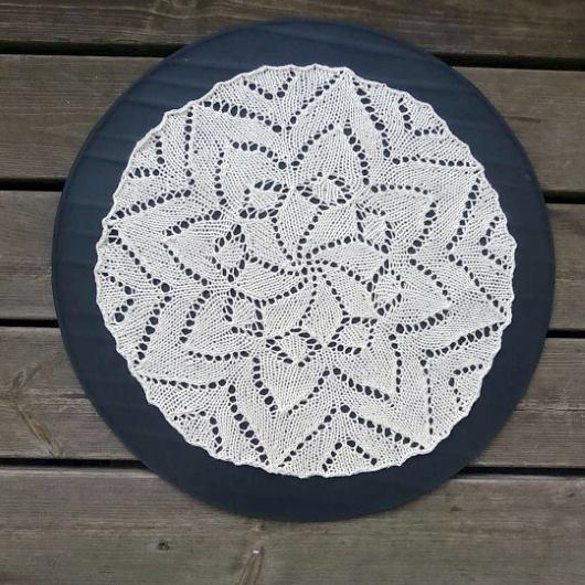 Gratis beskrivning på en rund stickad duk i form av en stor blomma.