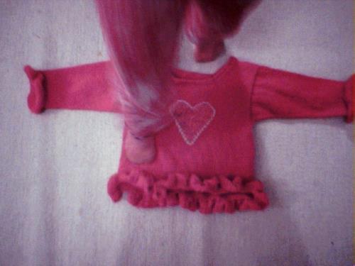 Oj, vad tröjan uppskattades av det rara barnet! (Dottern trampar ned tröjan medan den ligger på golvet)
