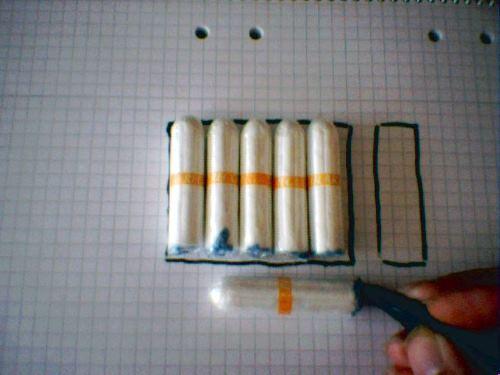 Rita upp ditt tampongfodral på ett rutat papper, för ett mönster att virka efter.