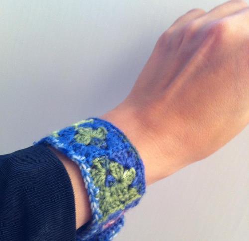 Sticka ett halsband eller virka ett armband, till exempel av mormorsrutor.