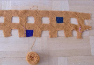 Så, varför filta den dominostickade sjalen? Jo, det återvunna shetlandsullgarnet (från en second hand-tröja) var lite väl strävt för mina fingrar, så de räta maskorna svajade betänkligt. Efter filtning syns det inte, hehe!