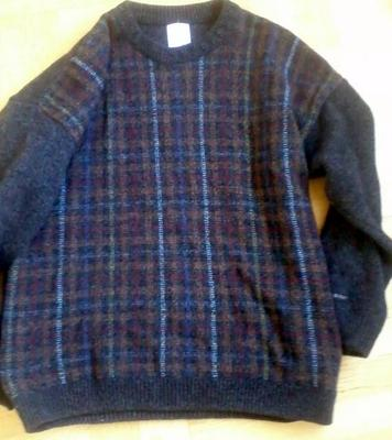 Innan garnet blev till hålmönstrad sjal var det en herrtröja (köpt på Stockholms stadsmission.)