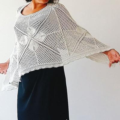 Kan du sticka eller virka fyra kvadrater? Då kan du designa din egen poncho!