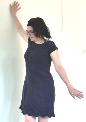 I en ärmlös, stickad klänning gäller det att posera så att gäddhänget inte syns.