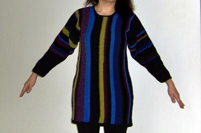 Miniklänning eller tajt stortröja, stickad i återvunnet bomullsgarn.