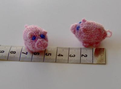 Till de rosa grisarna använde jag 2,5 mm-stickor.