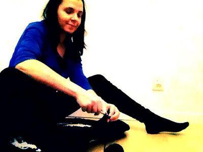 Att virka en rund matta som ligger platt kräver inte nödvändigtvis att du sitter på den medan du virkar. Men det hjälper. Och är rätt skönt, när mattan är av mjuksliten trikå.