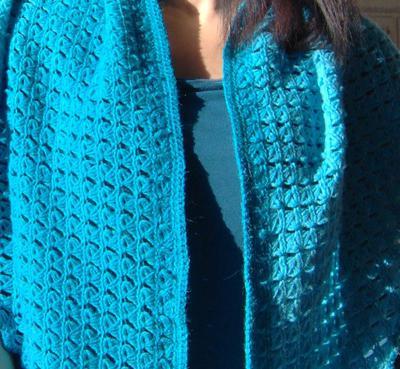 Ett sätt att bära en sjal är att bara låta den hänga.