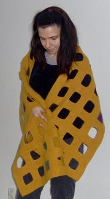 Färdigstickad och färdigfiltad, dominostickad sjal
