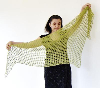 Om du virkar en sjal i kärleksknutar blir det simplaste garn märkvärdigt.