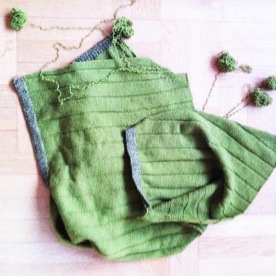 Sjalens tidigare liv: en enkel damtröja stickad i dubbelt garn. Jihaa!