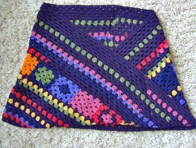 När sjalen är vikt som ett kuvert är det tydligt att den fungerar som en axelvärmare. Eller liten poncho.