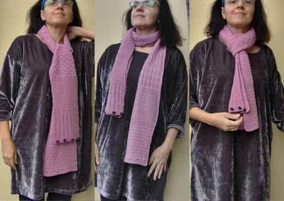 Och oknäppt är det en vanlig halsduk, med dekorativa knappar i ena änden.